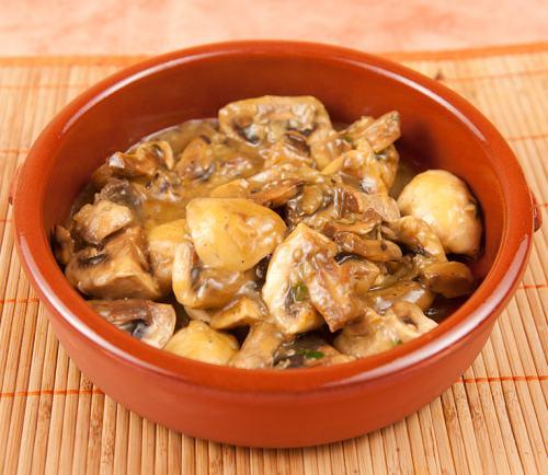 Mâncare de ciuperci cu pui, rețeta simplă, rapidă și fără multe calorii!