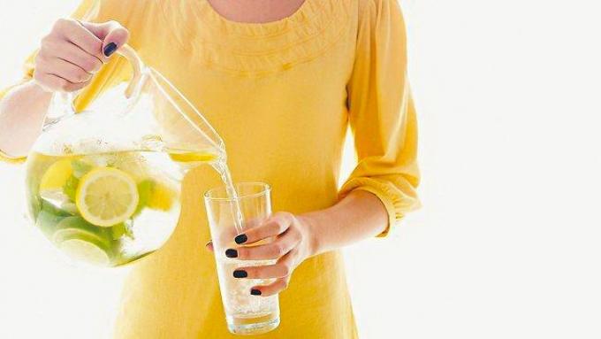 Mit sau adevar: apa cu lamaie ajuta la detoxifiere si slabit?
