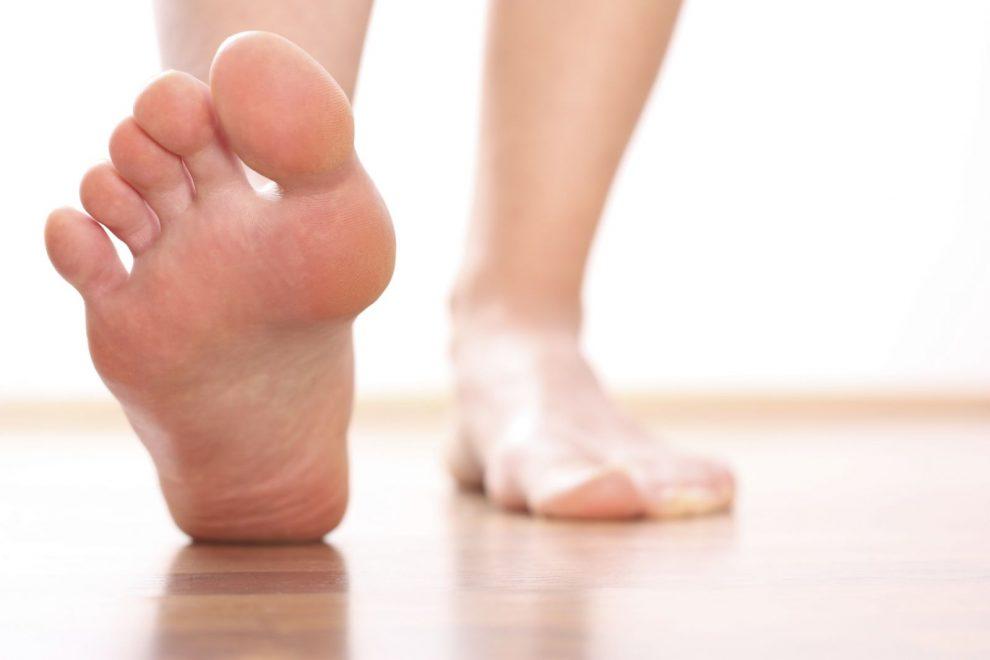 de ce picioarele se umflă în timpul perioadelor